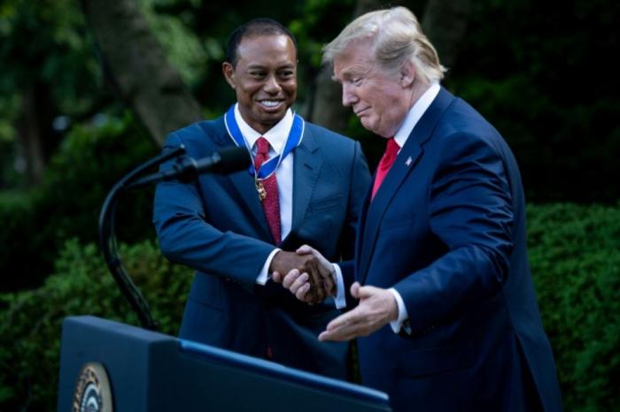 """Donald Trump décore la """"légende"""" Tiger Woods"""
