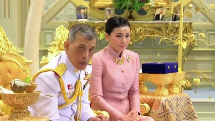 Kral generalla evləndi, onu kraliça adlandırdı
