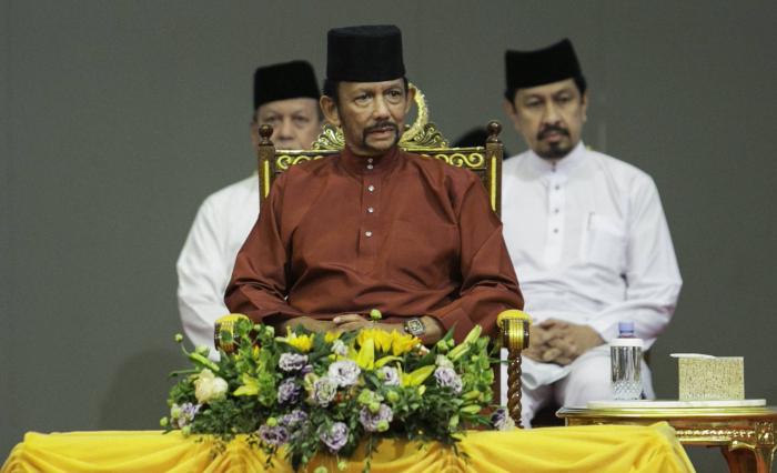 Brunéi da un paso atrás en su decisión de lapidar a homosexuales y adúlteros