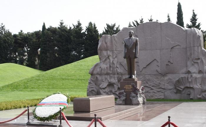 Əsgər Heydər Əliyev babasının məzarını ziyarət etdi - FOTOLAR