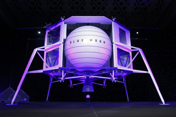 """FOTOS:  Creador de Amazon presenta Blue Moon, la nave espacial robótica que planea enviar a la Luna para """"quedarse"""" allí"""