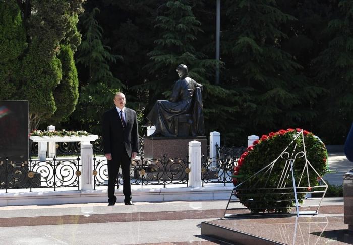 Präsident Aliyev besucht das Grab des Nationalleaders Heydar Aliyev
