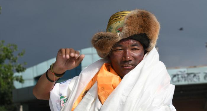 Un guía nepalés bate récord al escalar 23 veces el monte Everest