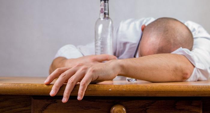 Experten: Millionen Deutsche trinken zu viel Alkohol – auch am Arbeitsplatz