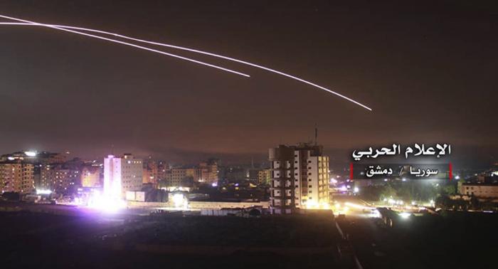 Syrische Luftverteidigung wehrt Raketen über Damaskus ab – VIDEOs