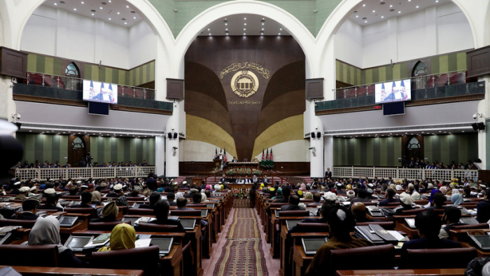 VIDEO:   Un legislador afgano intenta apuñalar a un opositor en el Parlamento