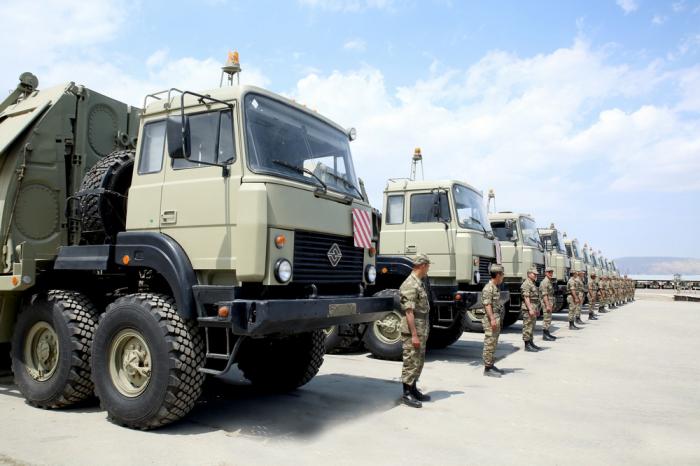 Aserbaidschanische Armee führt Gefechtsübungen durch