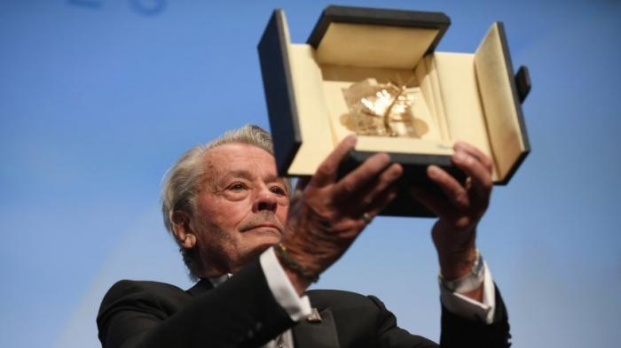 Alain Delonmit Ehrenpalme ausgezeichnet