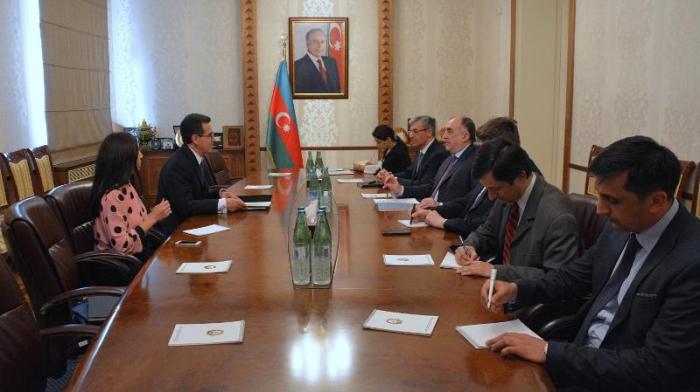 Canciller azerbaiyano recibe al flamante Embajador de Colombia en Azerbaiyán