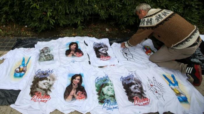 Decenas de argentinos repudian juicio contra Cristina Fernández