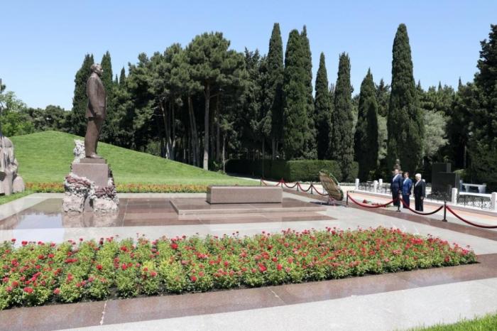 Russische Delegation besucht Grabmal von Nationalleader und ehrt Gedenken von Märtyrern