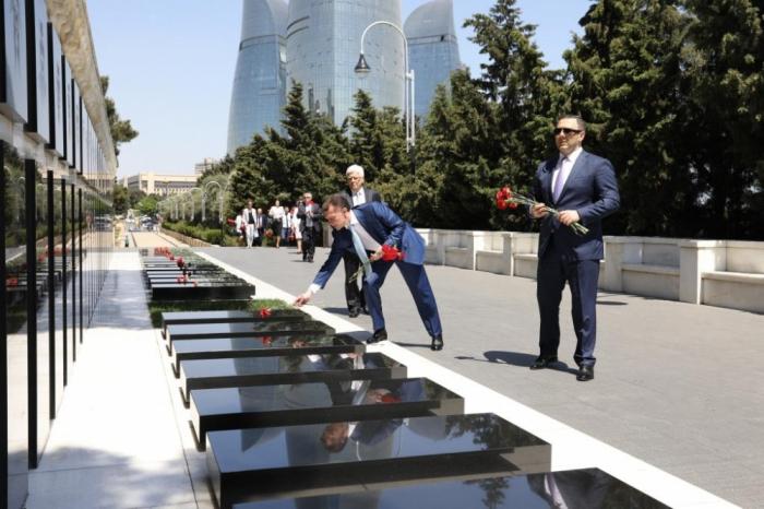 Une délégation russe visite les allées d'Honneur et des Martyrs à Bakou