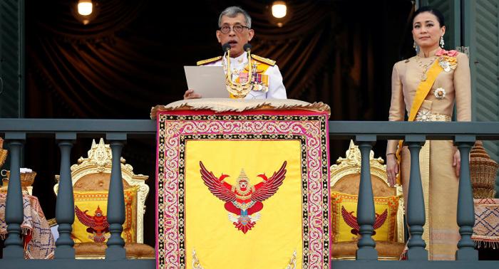El rey de Tailandia abre la primera sesión del nuevo Parlamento