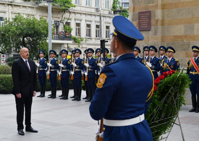 Ilham Aliyev visite le monument érigé à la gloire de la République démocratique d'Azerbaïdjan - PHOTOS