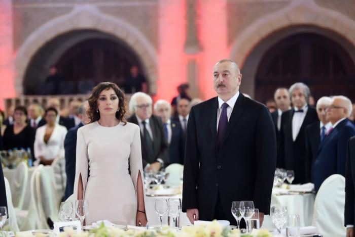 Prezident və birinci xanım Respublika Günü ilə bağlı rəsmi qəbulda - FOTOLAR+VİDEO