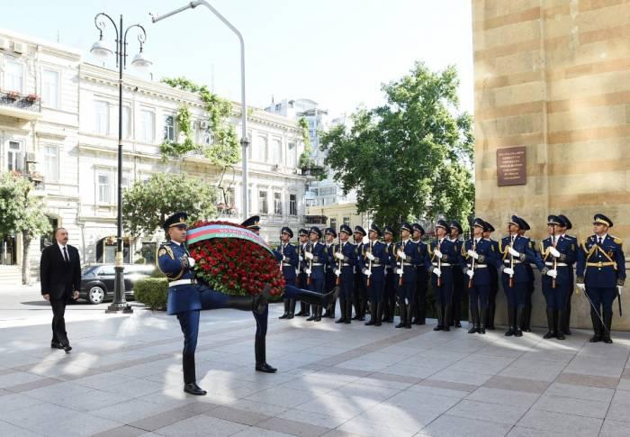 Präsident Ilham Aliyev besucht das Denkmal der Demokratischen Republik Aserbaidschan