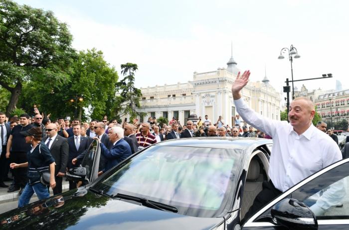 Prezident ailəsi ilə birlikdə bulvarda gəzintiyə çıxdı - VİDEO
