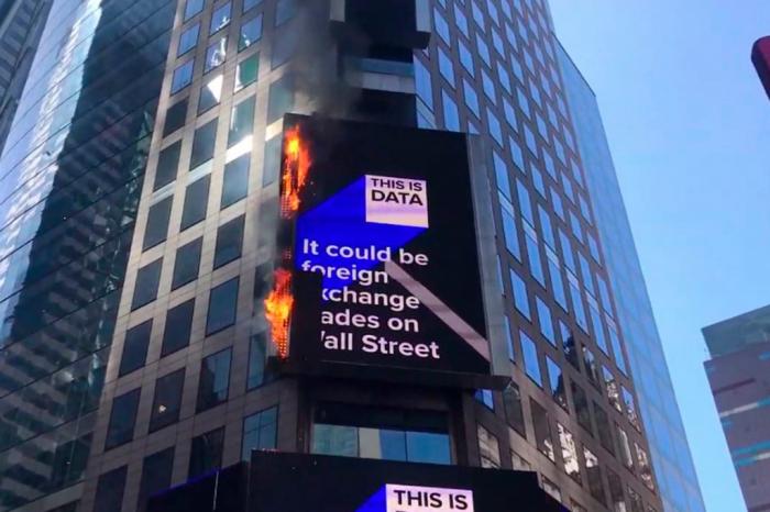 New York: un écran géant de Times Square en feu -  IMAGES