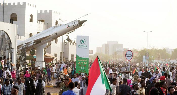 أول تعليق لرئيس المجلس العسكري السوداني على استهداف المعتصمين بالرصاص