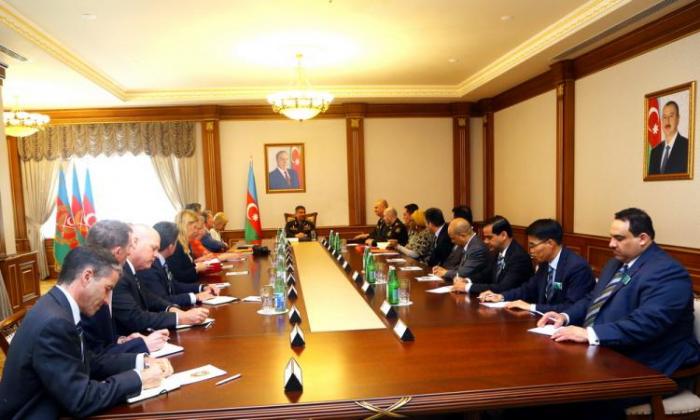 Le ministre azerbaïdjanais de la Défense rencontre la délégation du collège royal des Etudes de Défense du Royaume-Uni