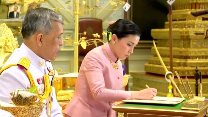 El rey de Tailandia se casa sorpresivamente 3 días antes de su coronación