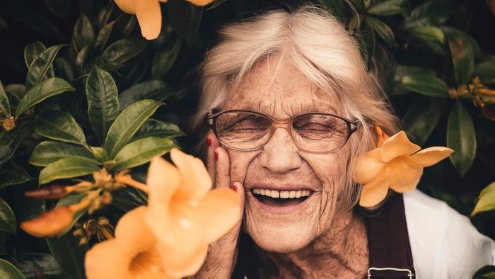 Un estudio calcula a qué edad nos sentimos más optimistas