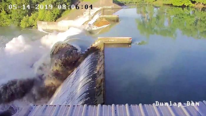 VIDEO:     Se rompe la puerta de una represa de más de 90 años en EEUU