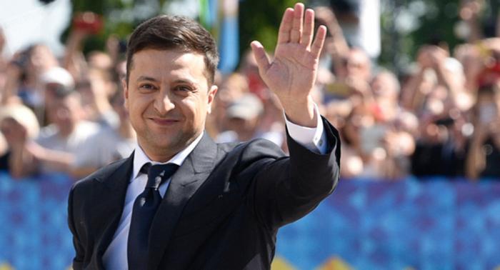"""""""السياسة للمبتدئين""""...هدية طريفة للرئيس الأوكراني الجديد"""