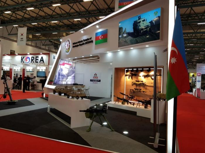 رومان غولوفشينكو ينظر إلى الأسلحة الأذربيجانية