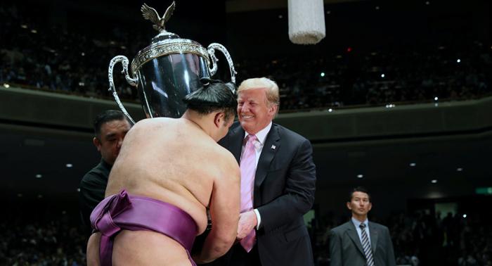 """بالصور... ترامب يحضر مباراة مصارعة """"سومو"""" في اليابان"""