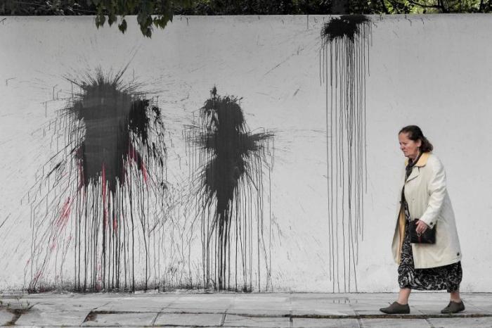 Grèce:  des anarchistes jettent de la peinture sur la résidence de l