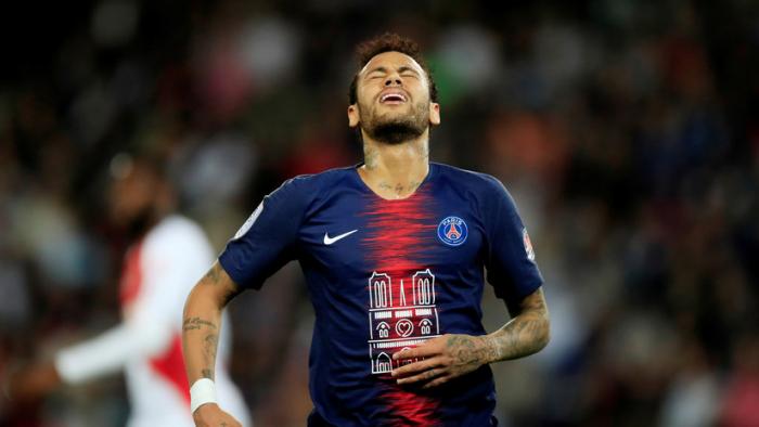Suspenden por tres fechas a Neymar por golpear a un aficionado