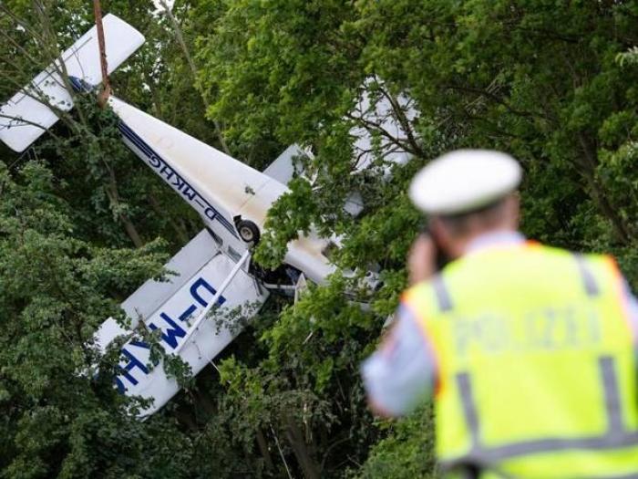 Un avion biplace atterrit à l'envers dans les arbres en Allemagne