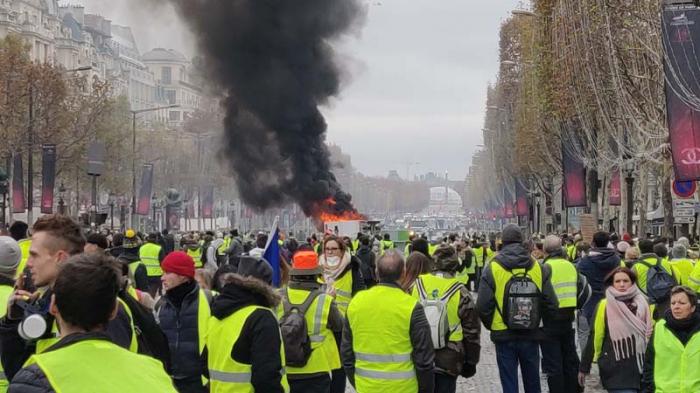 """France:   Les """"Gilets jaunes"""" célèbrent dans la rue six mois de mobilisation"""