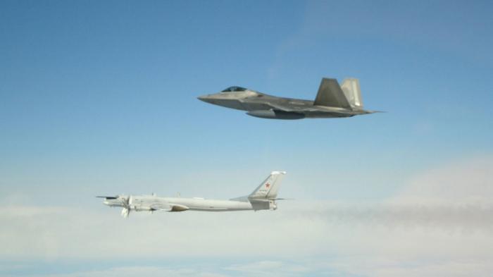 6 avions militaires russes escortés à distance de l