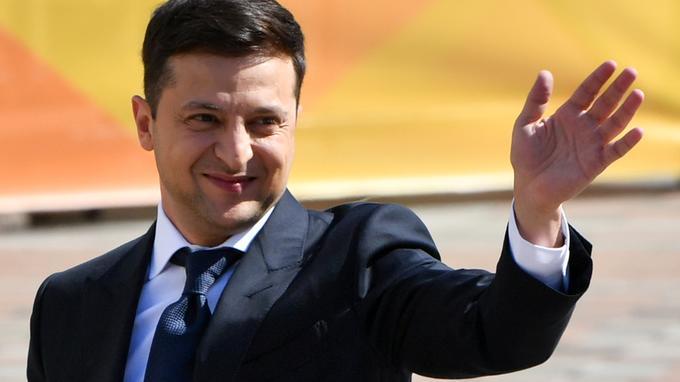 Ukraine: le président Zelensky annonce la dissolution du Parlement