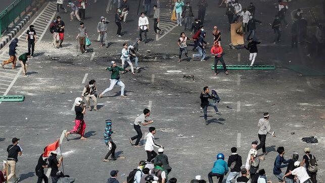 Al menos seis muertos y 200 heridos por disturbios en la capital de Indonesia tras la reelección del presidente