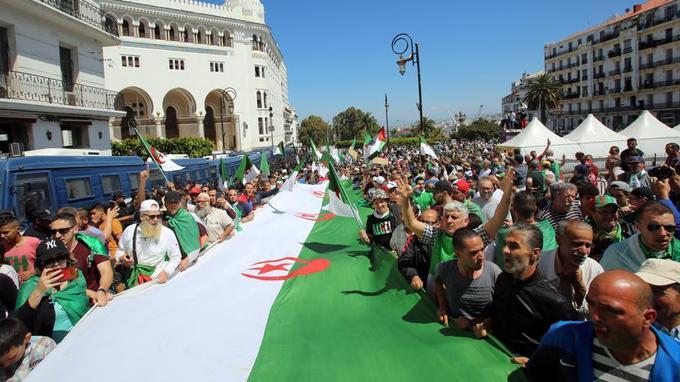 Algérie:   forte mobilisation à Alger malgré des arrestations