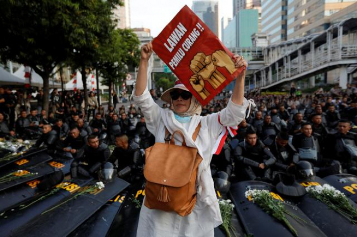 Hundreds protest as Indonesia confirms president
