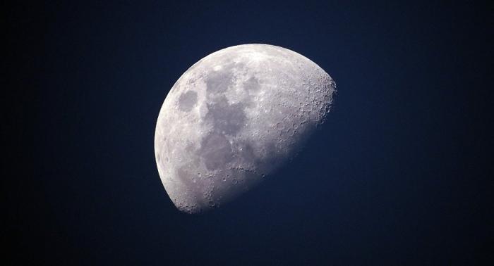 Un meteorito impactó la Luna y dejó un cráter de 15 metros