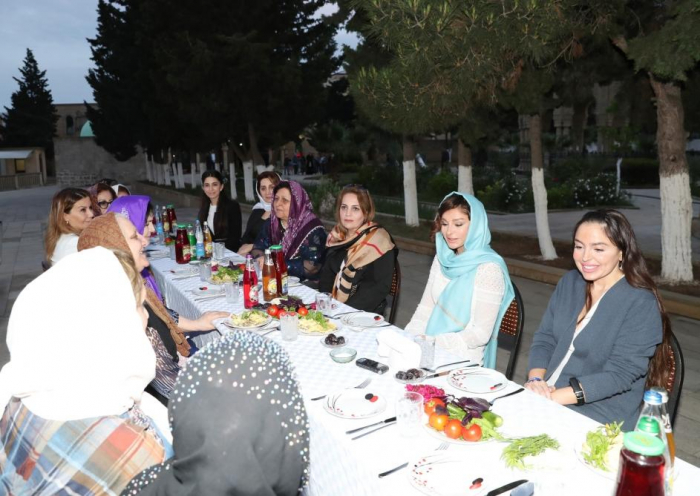 Mehriban Əliyeva qızı ilə iftar mərasimində - FOTOLAR