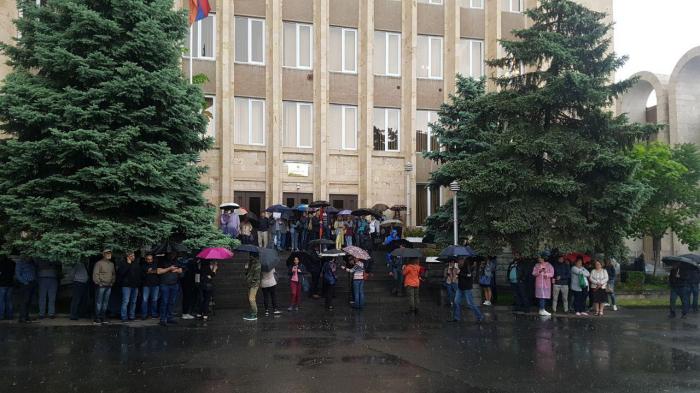 İrəvanda etiraz aksiyası: Məhkəmələrin giriş-çıxışı bağlandı - VİDEO+FOTOLAR