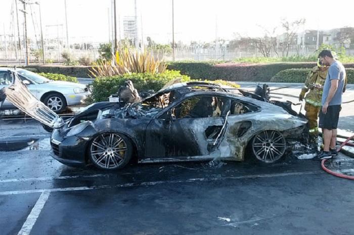 """Cəlilabadda """"Porsche"""" evlə birlikdə yanıb"""