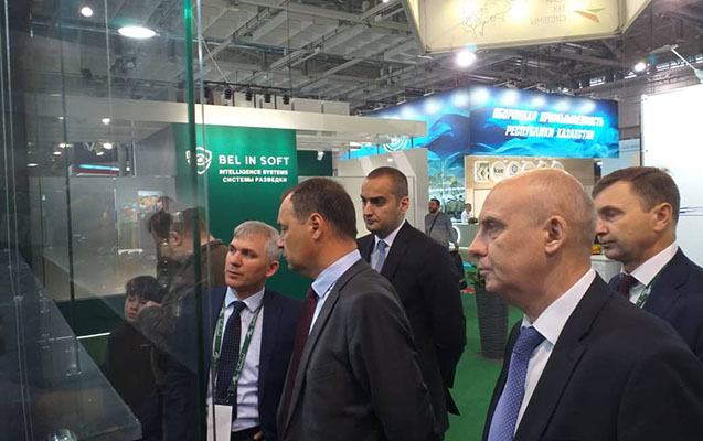Roman Qolovçenko Azərbaycan silahlarına baxdı