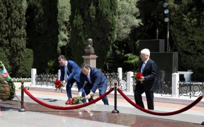 الوزير الروسي يزور الى قبر حيدر علييف -  الصور