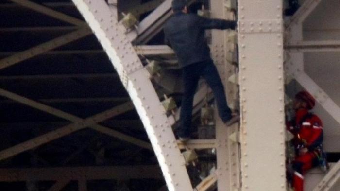 Evacuada la Torre Eiffel por la presencia de un hombre escalando el monumento