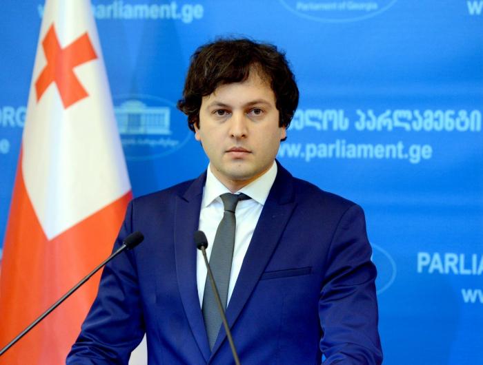 El presidente del Parlamento georgiano llega a Azerbaiyán