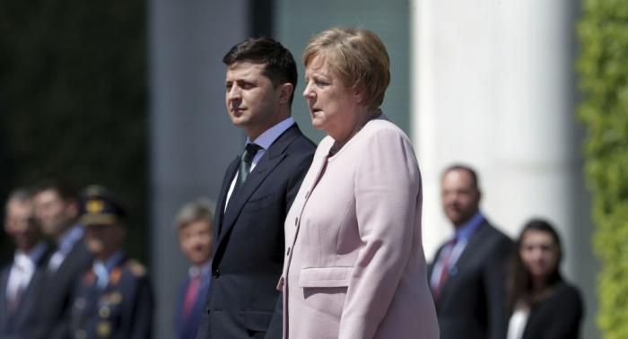Angela Merkel prise de forts frissons lors d'une cérémonie officielle avec le Président ukrainien