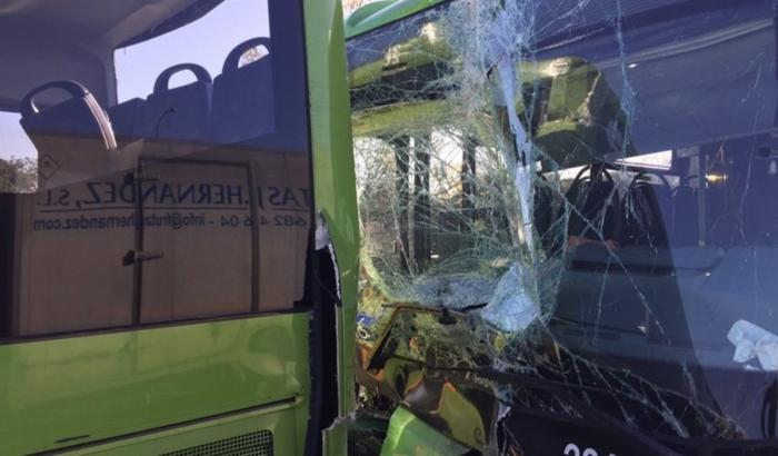 Veinte heridos al volcar un autobús en Madrid