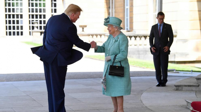 La reina recibe a Trump y su corte en una visita tóxica al Reino Unido